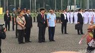 Anies Dampingi Jokowi di Apel Prajurit Wanita TNI-Polwan di Monas