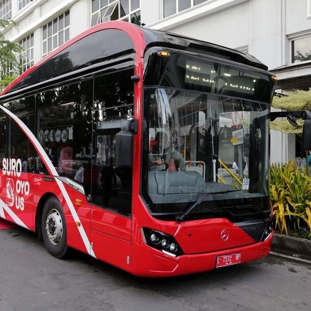 Risma Perkenalkan Bus Suroboyo yang Ongkosnya Dibayar Pakai Sampah