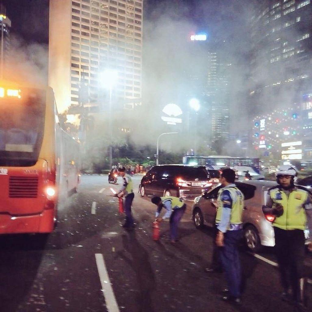Asap Keluar dari Belakang Bus TransJakarta di Bundaran HI