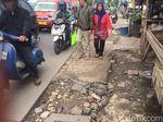 Tak Nyaman, Pedestrian Keluhkan Minimnya Trotoar di Kramat Jati