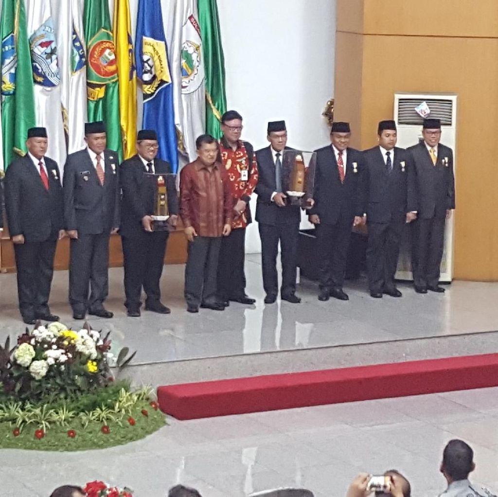 Wapres JK Beri Penghargaan untuk 7 Kepala Daerah Berprestasi