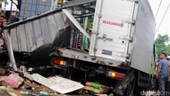 Foto: Kerusakan Mobil yang Tertabrak Kereta di Kramat Sentiong
