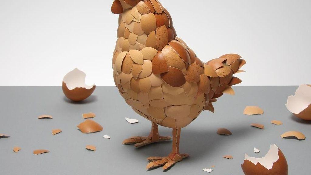 Kreatif! Pria Ini Buat Sosok Ayam dari Kulit Telur hinggaKue Terbang