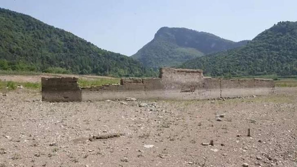 Desa yang Hilang Terendam Air Ini Muncul Lagi Setelah 56 Tahun