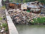 Sampah Menumpuk di Bantaran Kali Sentiong hingga ke Rel KA Priok