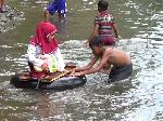 Gigihnya Sri Mulyani: Arungi Sungai ke Sekolah, Berhimpitan di Kelas