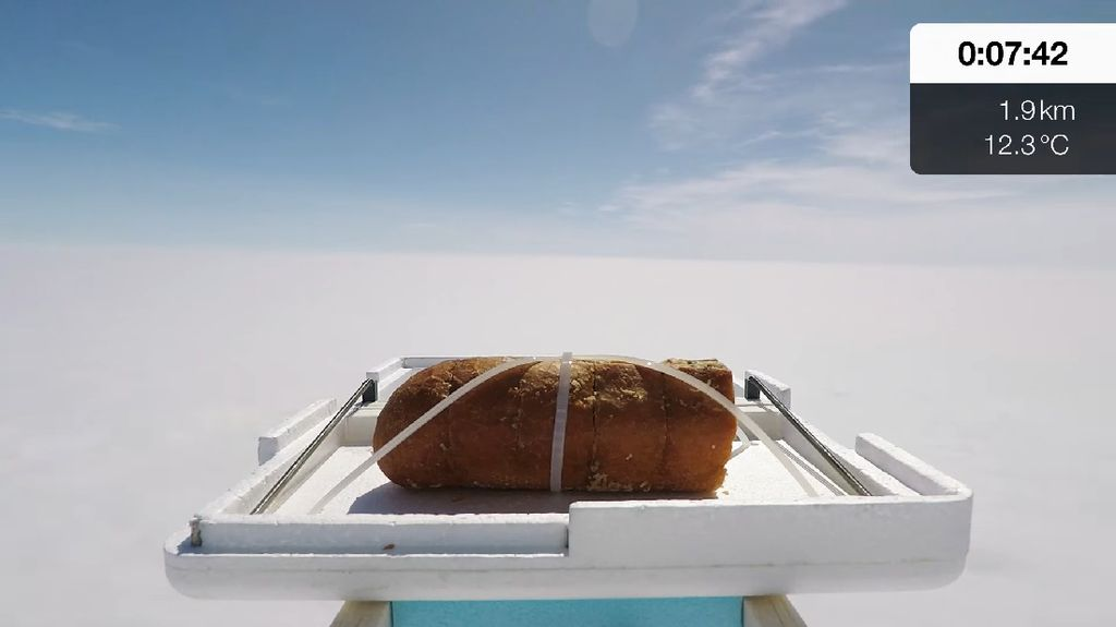 Wouw! YouTuber Ini Terbangkan Garlic Bread ke Luar Angkasa
