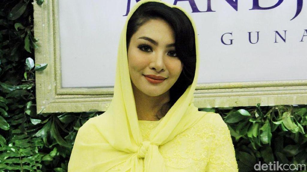 Biasa Tampil Seksi, Faye Malisorn Berkerudung Demi Ivan Gunawan