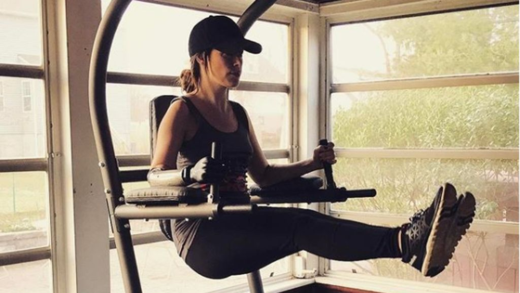 Foto: Model Bionik yang Rajin Olahraga Meski Cuma Punya Separuh Lengan