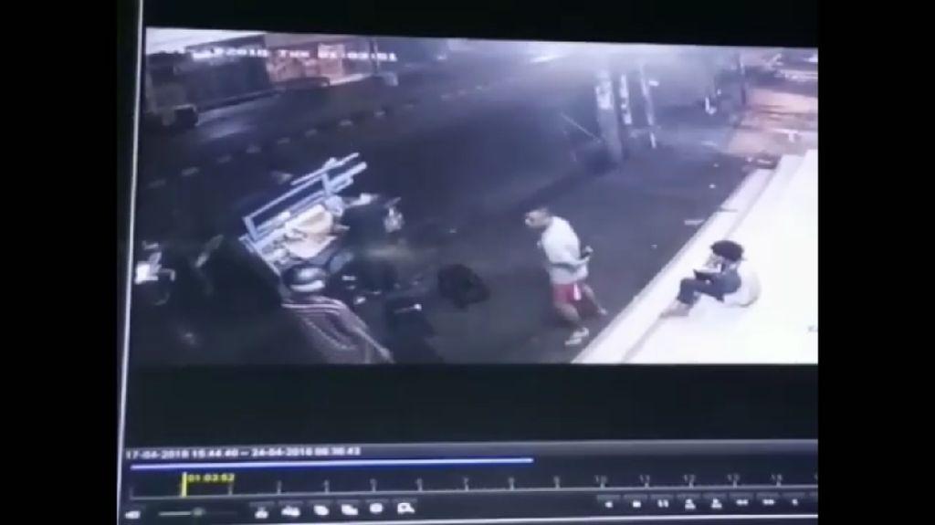 Depok Rawan! CCTV Rekam Perampokan di Pinggir Jalan
