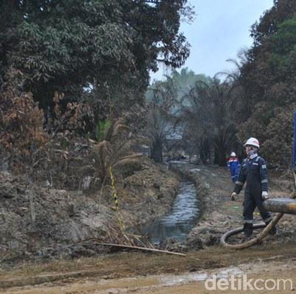 Sisa Minyak di Lokasi Sumur yang Meledak Disedot