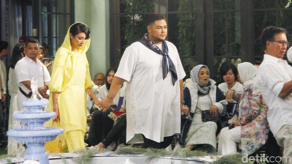 Potret Mesra Ivan Gunawan dan Faye Malisorn yang Cantik Berkerudung