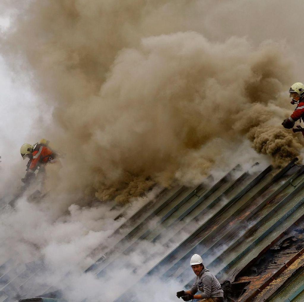 Foto: Api Hanguskan Lantai Atas Kantor Pusat Bank UBS di Swiss