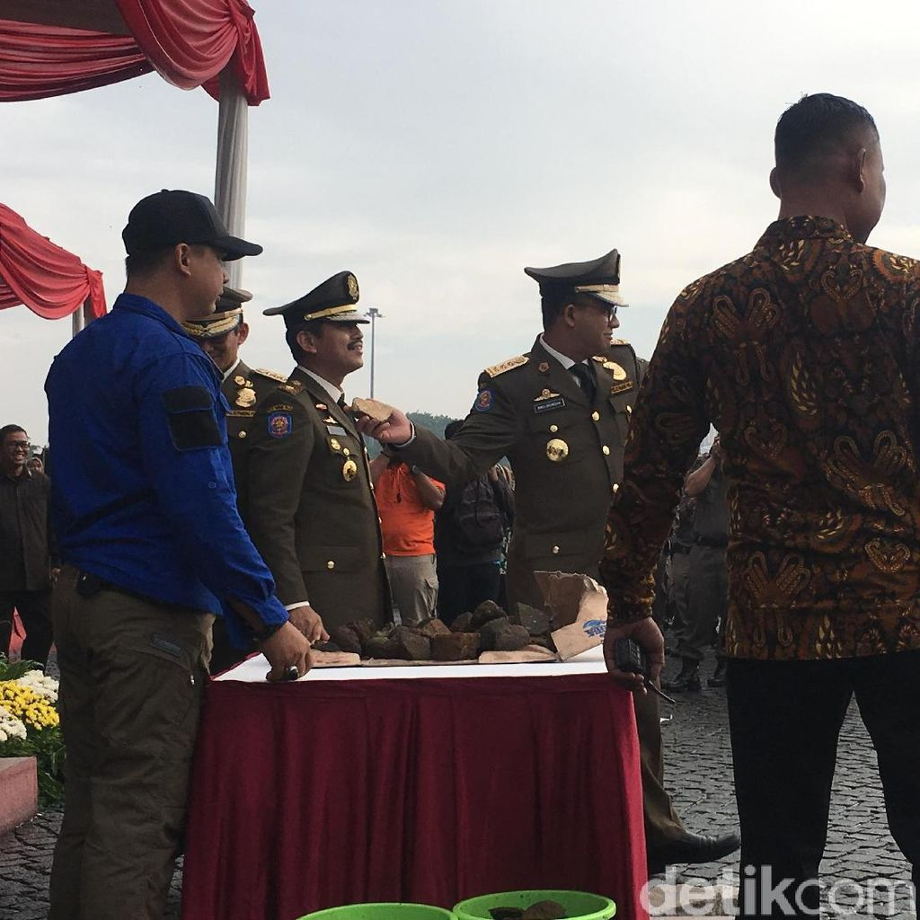 Video Anies-Sandi Timpuki Satpol PP dengan Batu