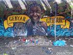 Anak-anak Muda yang Memulas Tembok Penahan Banjir Bengawan Solo