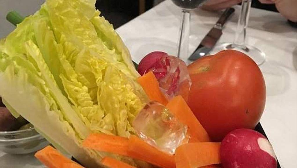 Wanita Ini Bingung Karena Disajikan Salad Sayuran Utuh di Restoran Lebanon