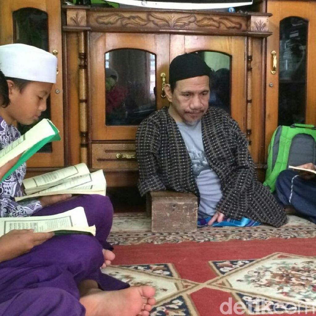 Potret Mamat Guru Ngaji Tanpa Kaki di Ciamis