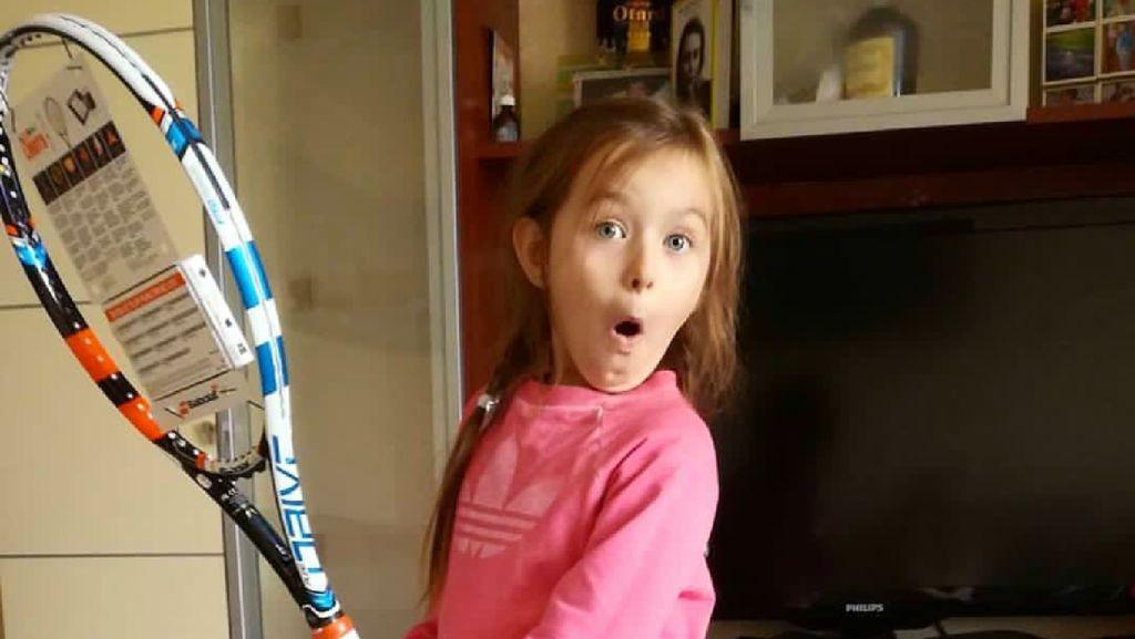 Aksi si Kecil Ketika Main Tenis, Menggemaskan!