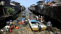 Warga Gotong-royong Bersihkan Sisa Tumpahan Minyak di Balikpapan