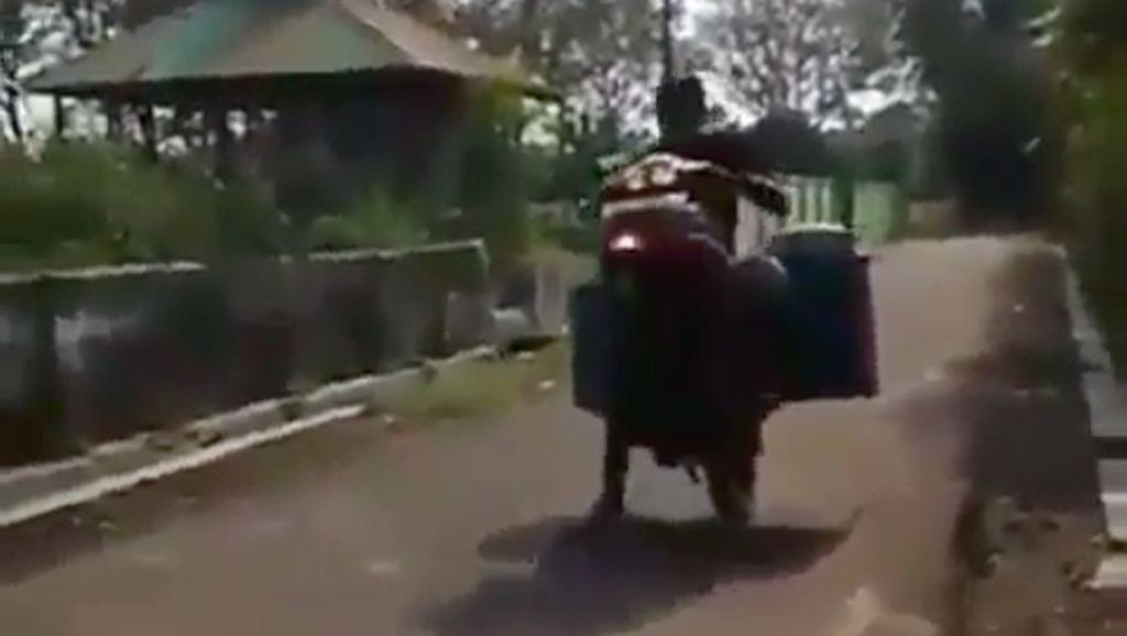 Wheelie Pakai Motor, Penjual Bakso Ini Jungkir Balik