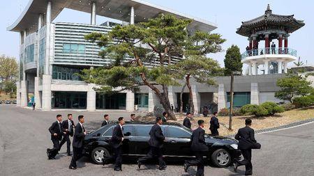Saat Bodyguard Korut Berlari-lari Mengawal Kendaraan Kim Jong-Un