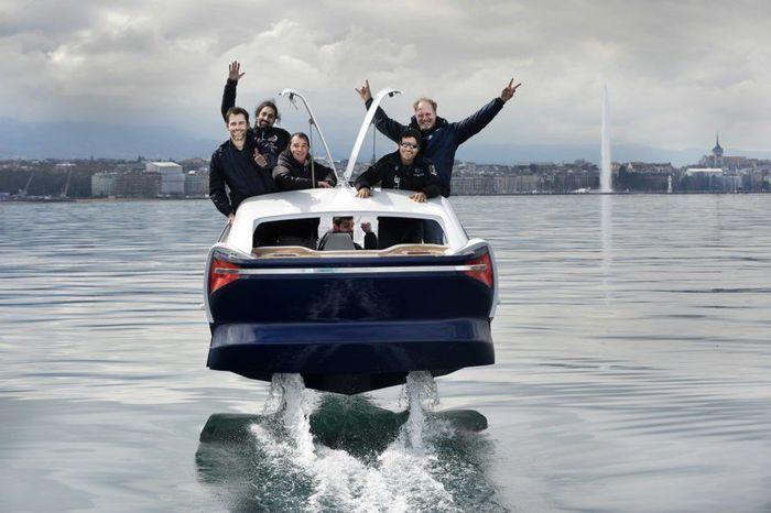Dengan mobil ini, pengendara bisa memotong jalan lebih cepat melewati jalur perairan. Inhabitat/Istimewa.