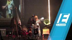 So Sweet! Pria Ini Lamar Kekasihnya di Konser Payung Teduh