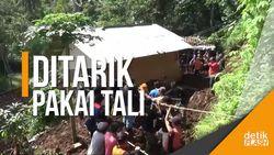 Dramatis! Upaya Penyelamatan Rumah yang Nyaris Terseret Longsor