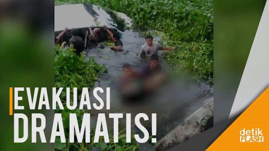 Kecelakaan Mengerikan, Mobil Terbalik dan Nyaris Tenggelam di Parit