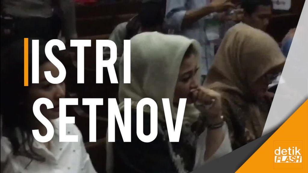 Istri Saksikan Setnov Diseret ke Kursi Panas