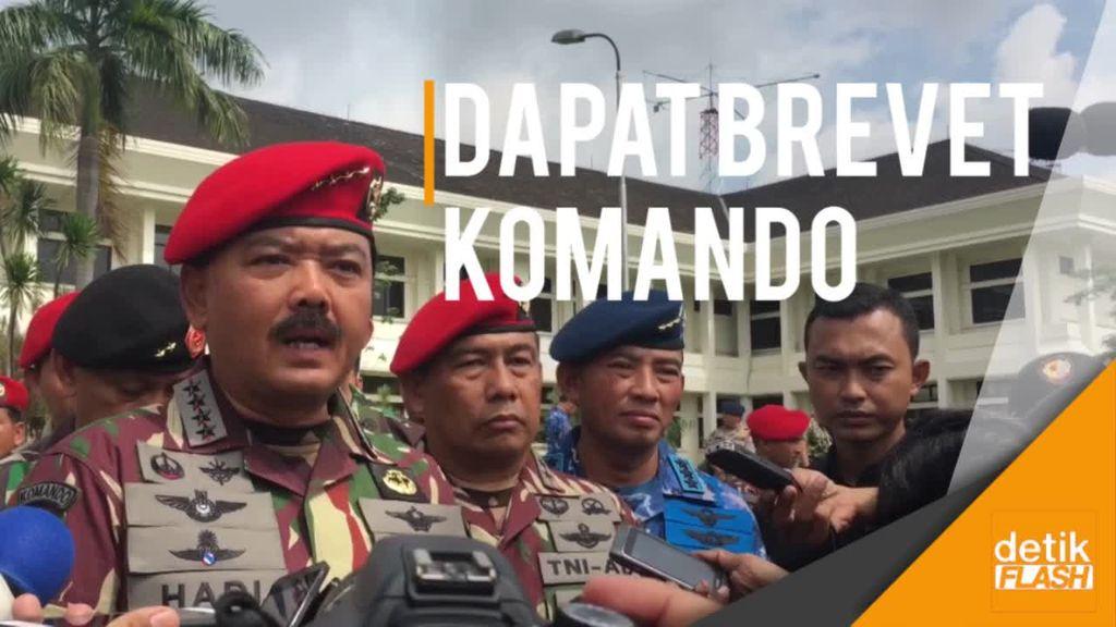 Kopassus Sematkan Brevet Komando ke Panglima TNI Marsekal Hadi