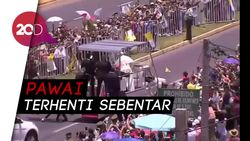 Aksi Paus Fransiskus Tolong Polisi Berkuda yang Jatuh