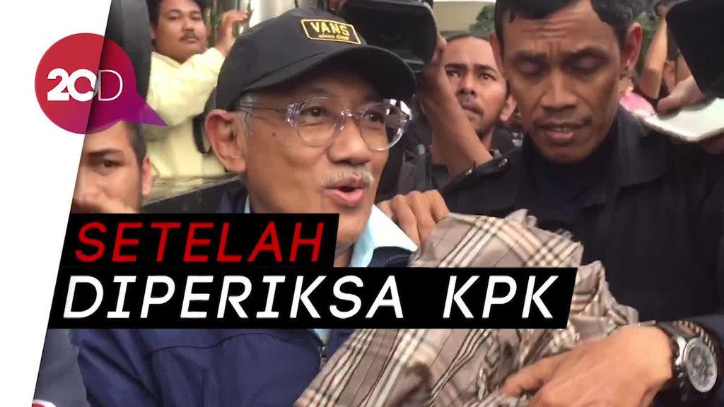 Bermodal Payung, Dirut RS Medika Hindari Awak Media