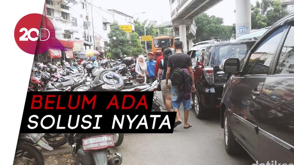 Pak Anies, Trotoar Jatinegara Disesaki PKL dan Parkir Liar Nih!