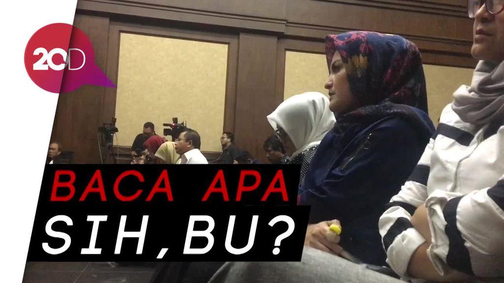 Komat-kamit saat Sidang Novanto, Bu Deisti Ngapain?