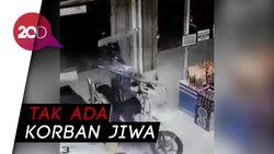 Anak Betot Gas Motor Terus Tabrak Minimarket