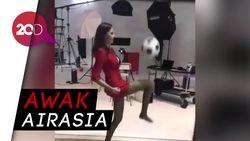 Keren! Pramugari Cantik Ini Lihai dalam Juggling Bola
