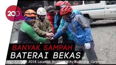 Peduli Lingkungan, Sejumlah Orang Bersihkan Puncak Carstensz