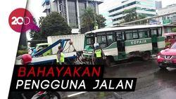 Kopaja Seruduk Mobil di Jakarta, Sandi: Langsung Digaruk Dishub