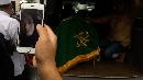 Ririn Pantau Proses Pemakaman Jenazah Suaminya Melalui Video Call