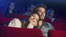 Wanita Ini Dituntut Teman Kencan karena Main HP di Bioskop