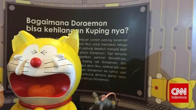 Tentunya pengunjung juga dapat membeli boneka Doraemon berwarna kuning, juga melihat langsung sejarah perubahan Doraemon dari berwarna kuning hingga biru. (CNN Indonesia/Karina Armandani)