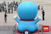 Bagi yang senang mengambil foto, pameran ini adalah tempat yang menyenangkan untuk berfoto-foto. Tidak hanya berpose dengan 100 patung Doraemon, para pengunjung juga dapat berfoto sambil menggunakan alat-alat Doraemon. (CNN Indonesia/Adhi Wicaksono)