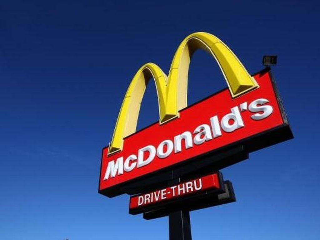 Tak Sabar Nunggu, Pria Ini Naik ke Meja Kasir McDonald's dan Buka Baju