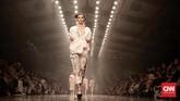 <p>Membagi peragaan dalam beberapa babak, Biyan menampilkan secara berurut beberapa koleksi berwarna cerah pada awalnya, dengan potongan yang juga sedikit 'membelot' dari ciri khasnya, seperti celana gantung di atas mata kaki. (CNN Indonesia/Andry Novelino)</p>