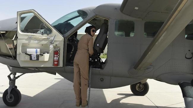 Dua tahun kemudian, dia menjadi perempuan pertama yang menerbangkan pesawat sayap tetap di Afghanistan dan pilot perempuan pertama sejak kejatuhan Taliban. (AFPPhoto/Shah Marai)