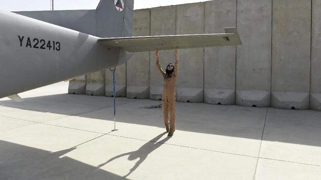 Besar di Kabul, Rahmani mendaftarkan diri pada program pelatihan angkatan udara 2010 silam secara sembunyi-sembunyi dari sanak saudaranya. (AFP Photo/ShahMarai)