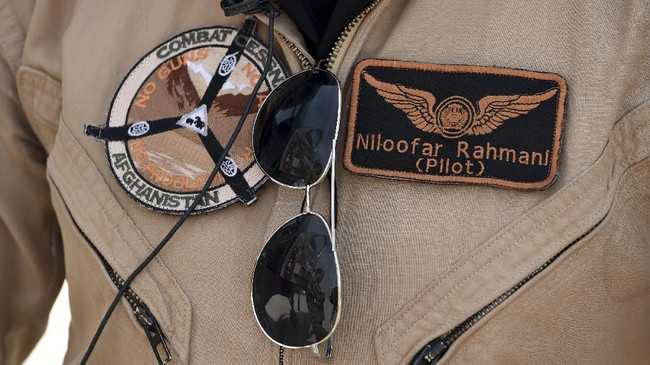 Niloofar Rahmani; itulah nama perempuan yang menentang anggapan kuno bahwa menjadi pilot adalah pekerjaan laki-laki. (AFP Photo/ShahMarai)