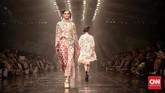 <p>Menghadirkan sekitar 120 busana, koleksi ini sekilas akan mengingatkan akan sejumlah rancangan Biyan sebelumnya yang didominasi gaun longgar yang feminin dan elegan. Hanya saja, kali ini ia mendekonstruksinya menjadi lebih 'riuh'. (CNN Indonesia/Andry Novelino)</p>