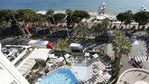 <p>Lokasi penyelenggaraan Cannes sendiri sudah bersolek dengan meriah. (REUTERS/Regis Duvignau)</p>